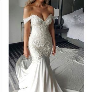 Size 10 Mermaid style wedding gown (WITH DEFECTS)